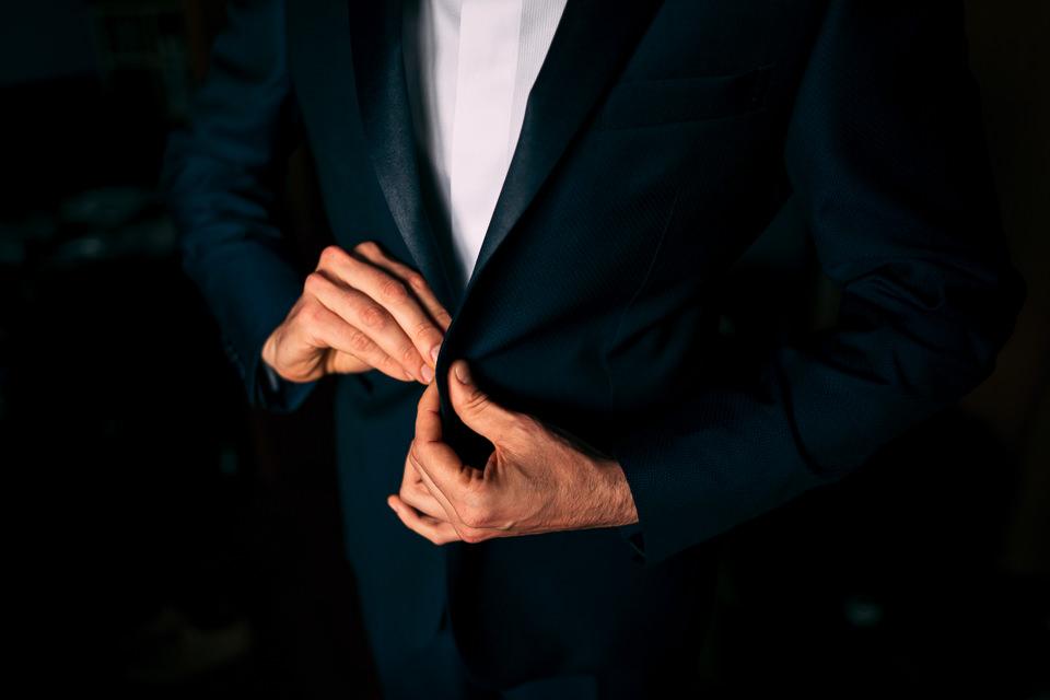 sposo in abito blu