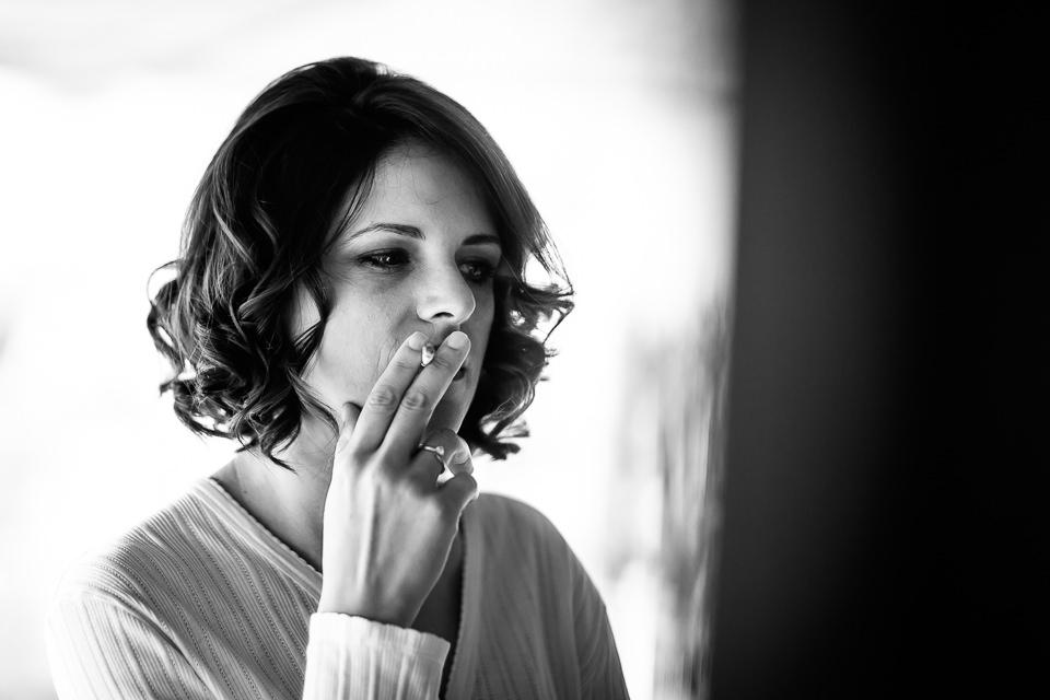 sposa che fuma una sigaretta
