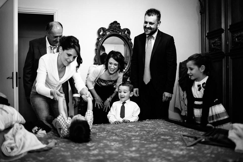 la sposa veste il figlio per il matrimonio