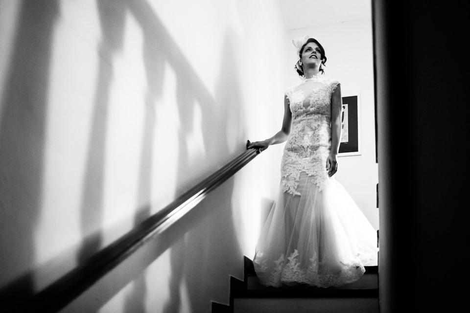 ritratto a figura intera della sposa in abito bianco