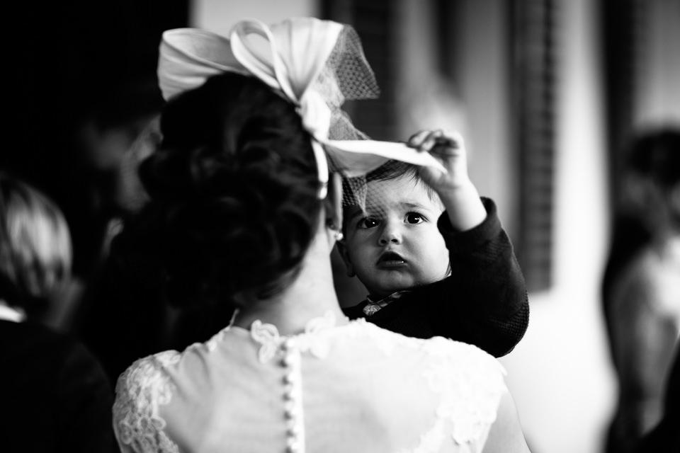 figlio in braccio alla sposa