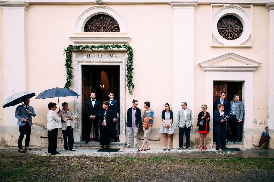sposo davanti alla chiesa di clavesana