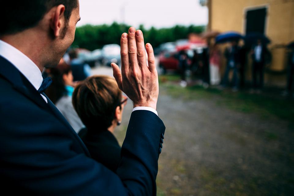 lo sposo saluta gli invitati