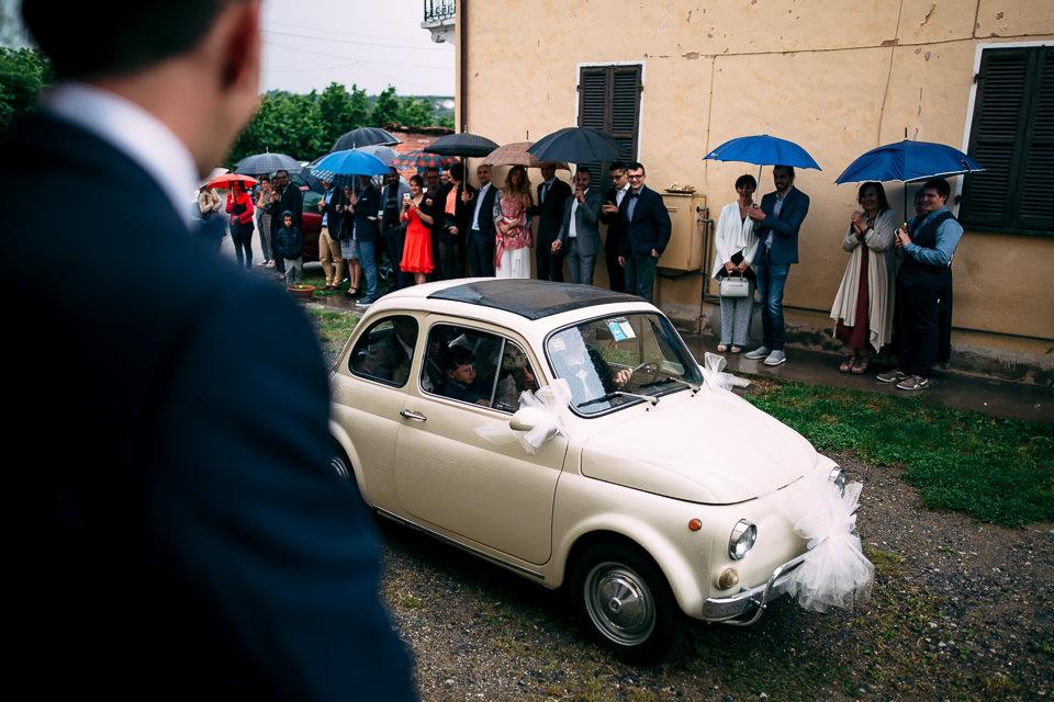 sposa arriva con una fiat 500 bianca