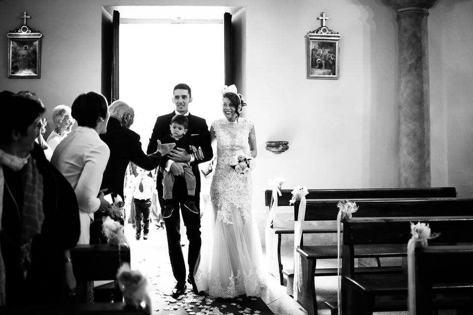ingresso degli sposi in chiesa con il figlio in braccio