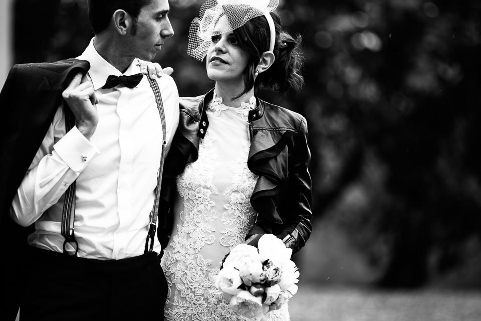 sposa con giacca di pelle nera