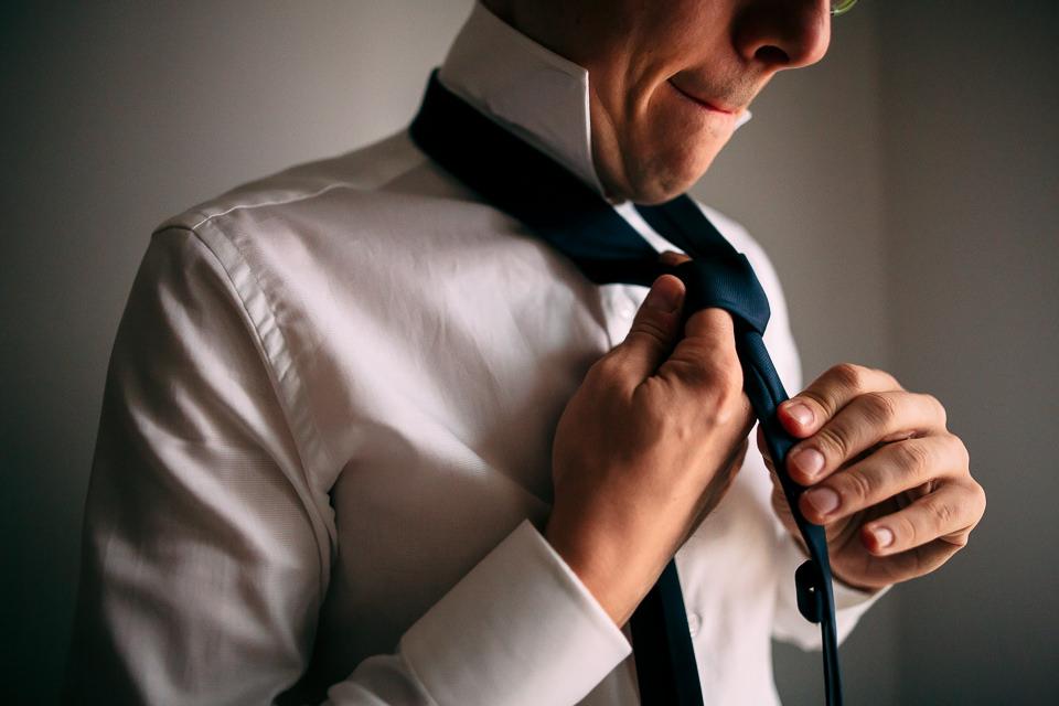 sposo fa il nodo alla cravatta