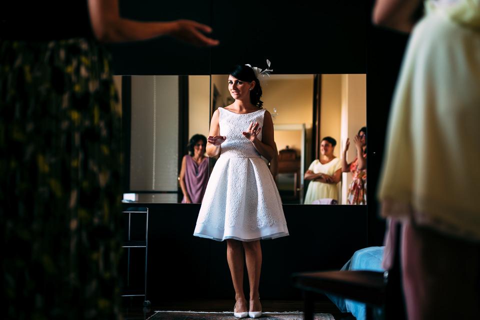 sposa in abito corto bianco