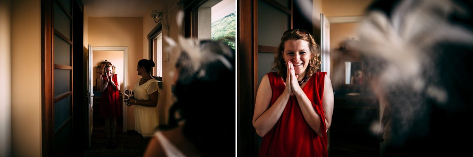 amica guarda emozionata la sposa