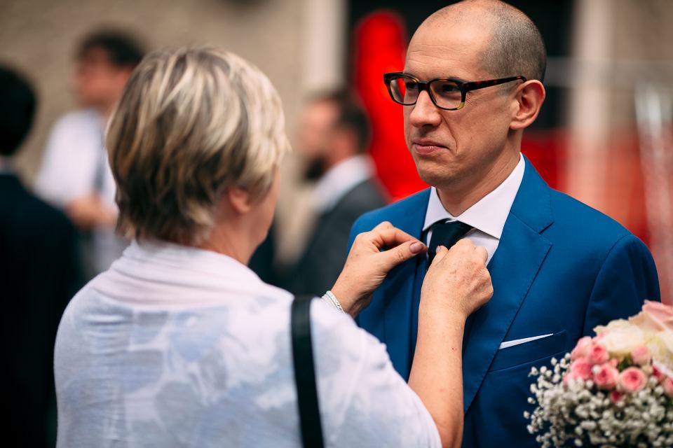 elegante sposo in abito blu