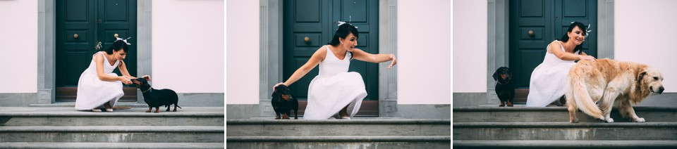 sposa gioca con i suoi cani sul ciglio di casa