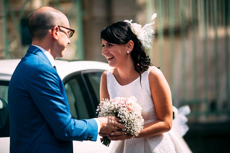 sposo consegna il bouquet alla sposa