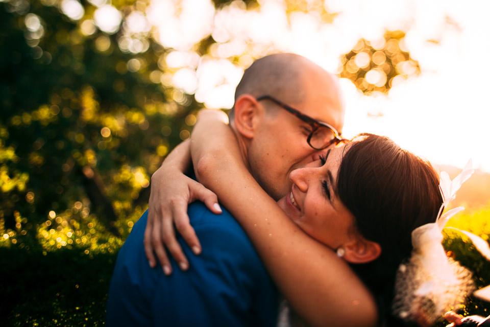 coppia di sposi si bacia al tramonto