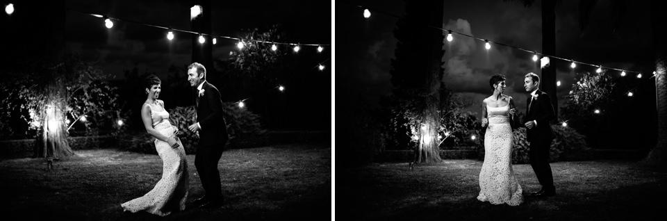 sposi ballano sotto fili con le luci nel giardino di villa faraggiana