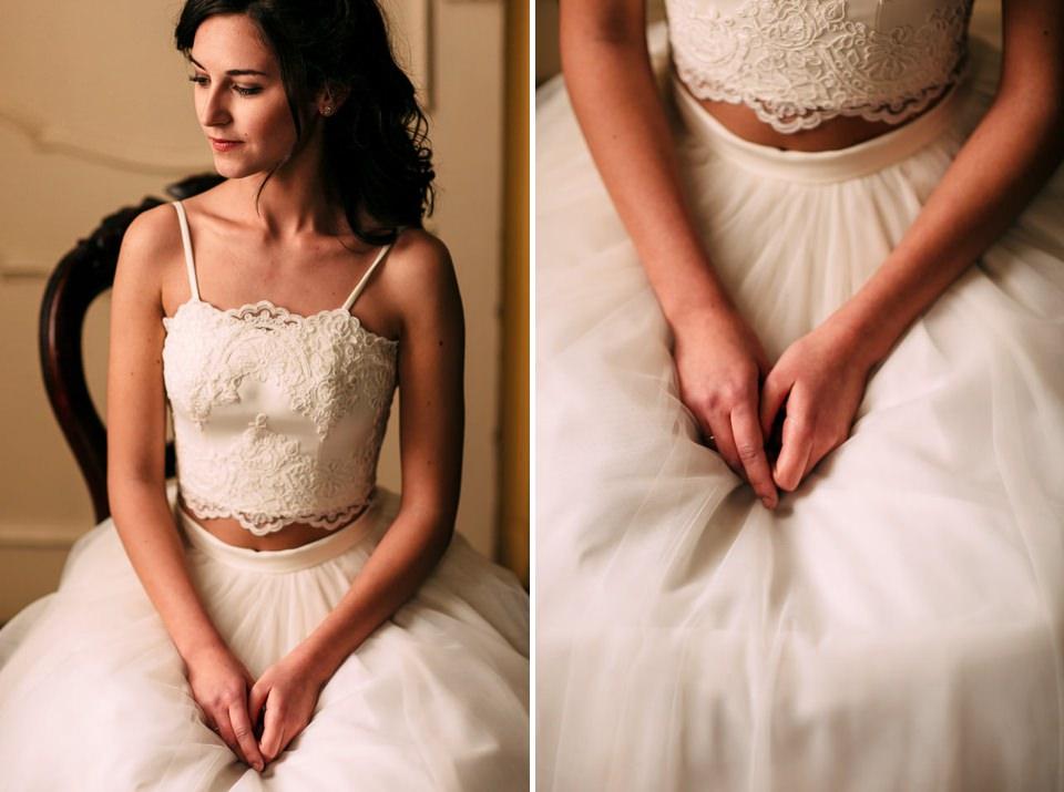 sposa in abito bianco seduta