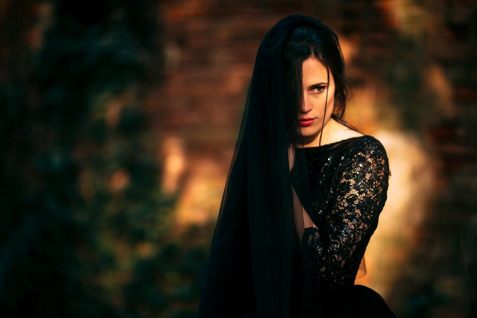 elegante sposa in abito nero