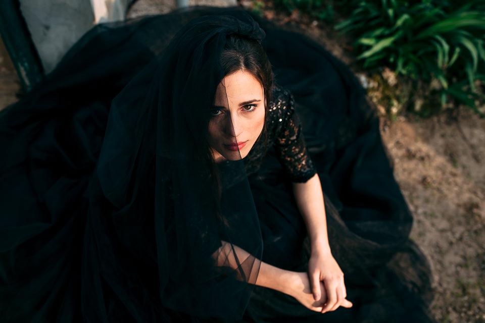 elagante sposa in abito nero