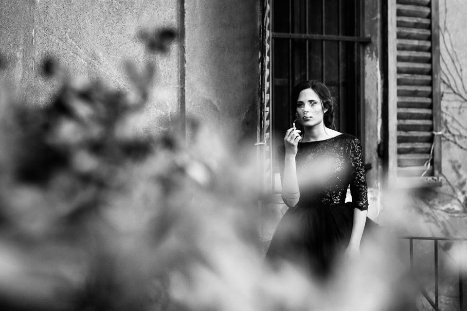 sposa che fuma in abito nero