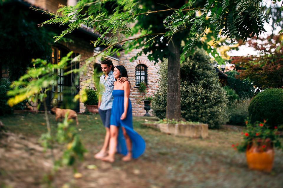 ragazzi passeggiano nel bosco di casa col cane