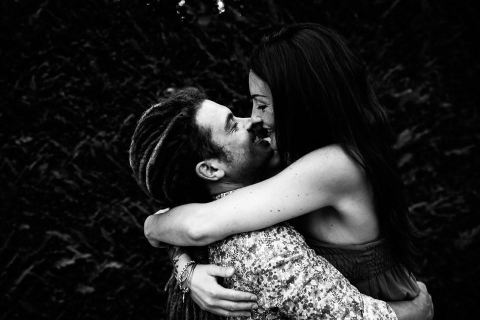 coppia innamorata si bacia