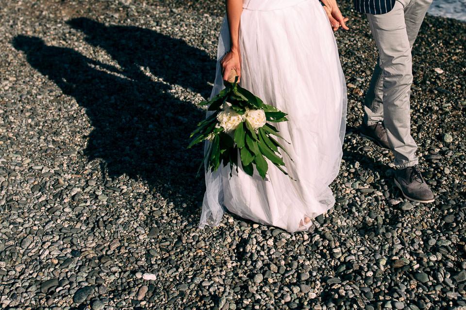 eleganti sposi camminano in riva al mare