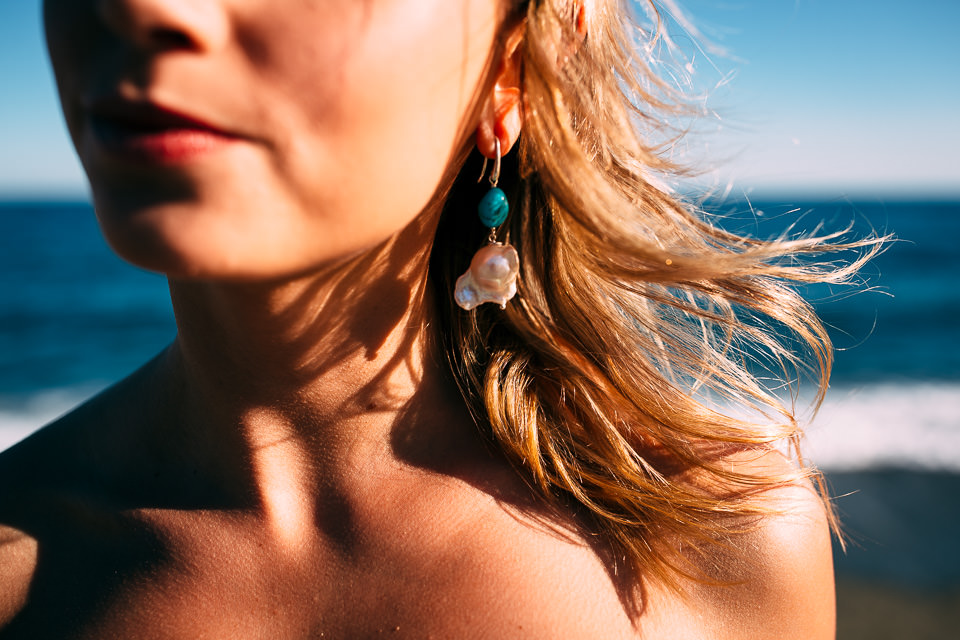 sposa al mare con orecchini in stile mediterraneo