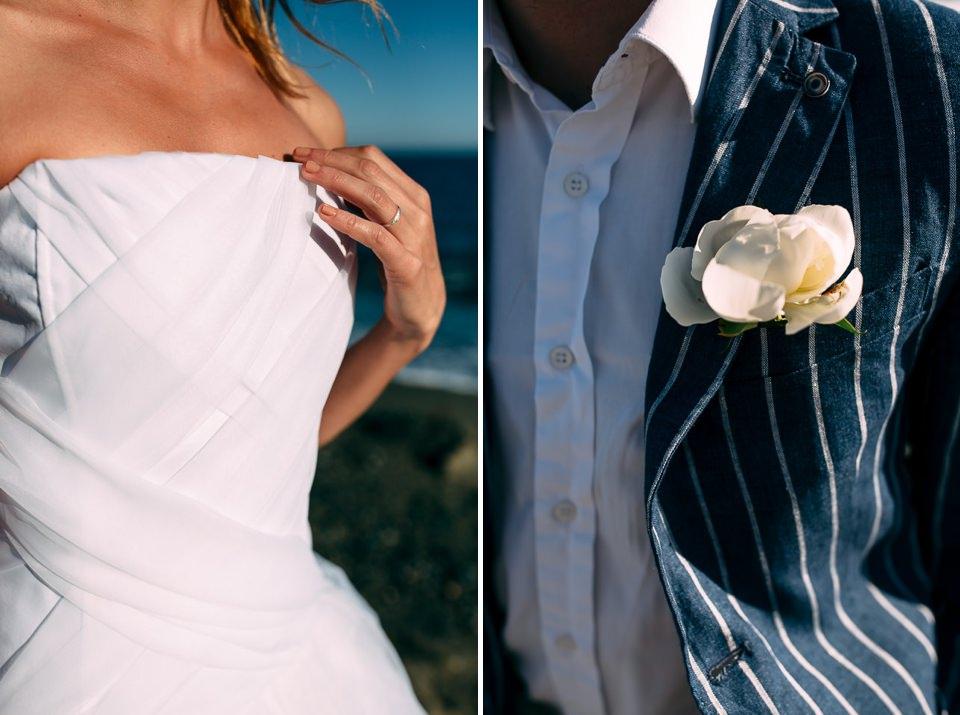 una coppia di giovani sposi per un matrimonio al mare