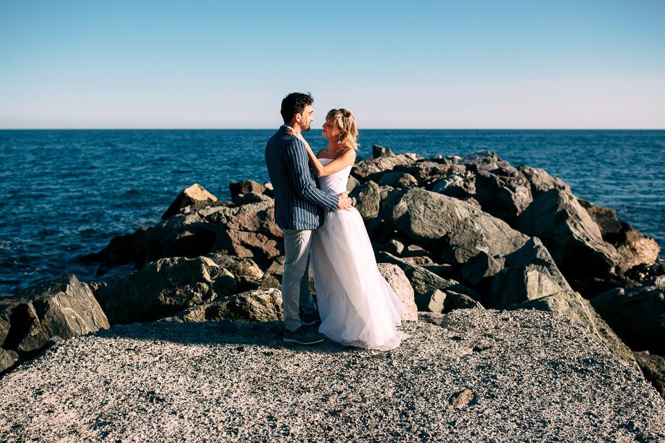 sposa in abito bianco in riva al mare