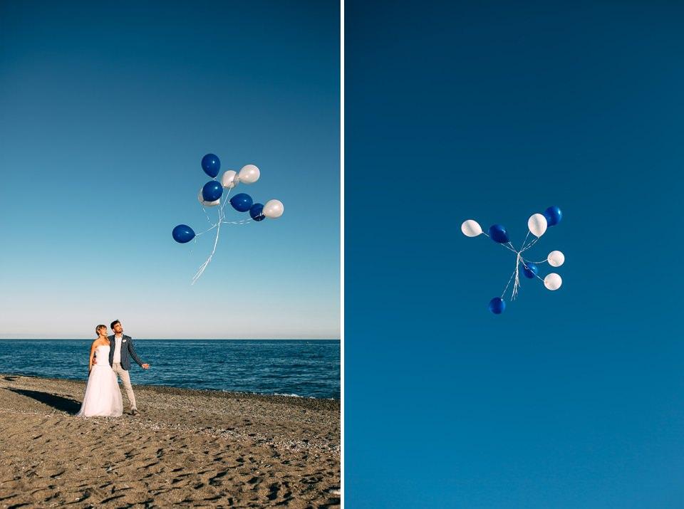 palloncini bianchi e blu al mare