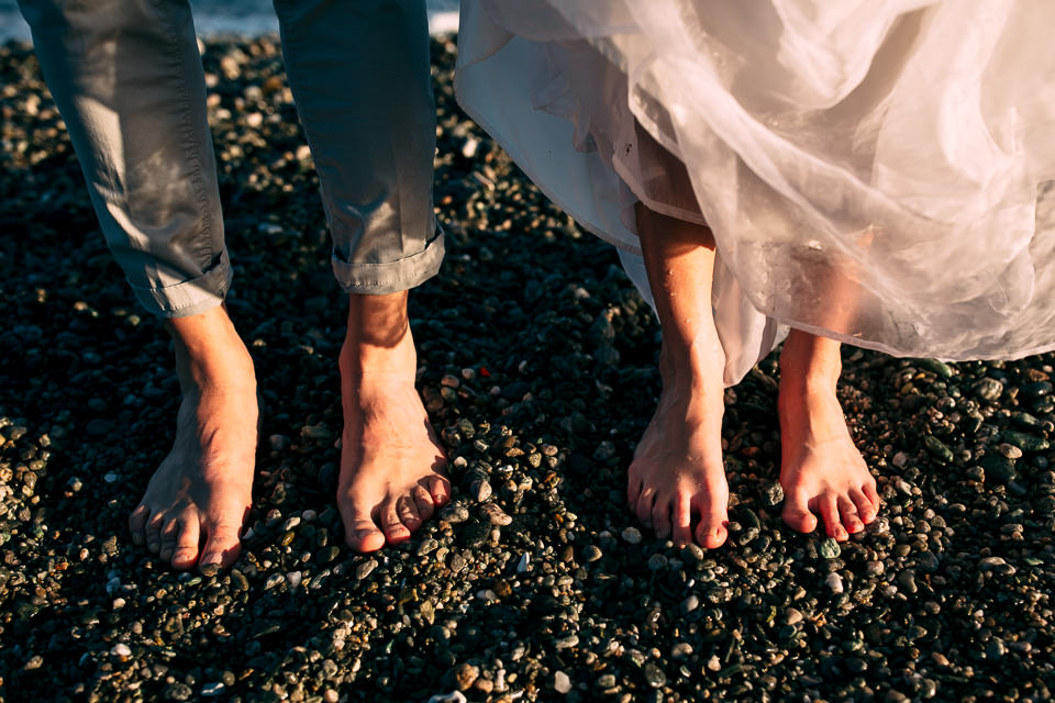 coppia di sposi scalzi sulla sabbia al mare