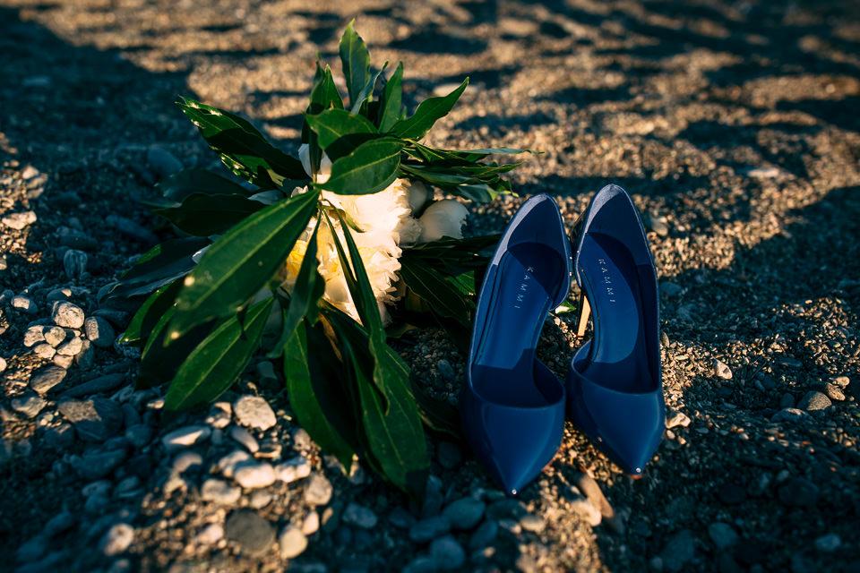 scarpe blu da sposa per un matrimonio in stile mare