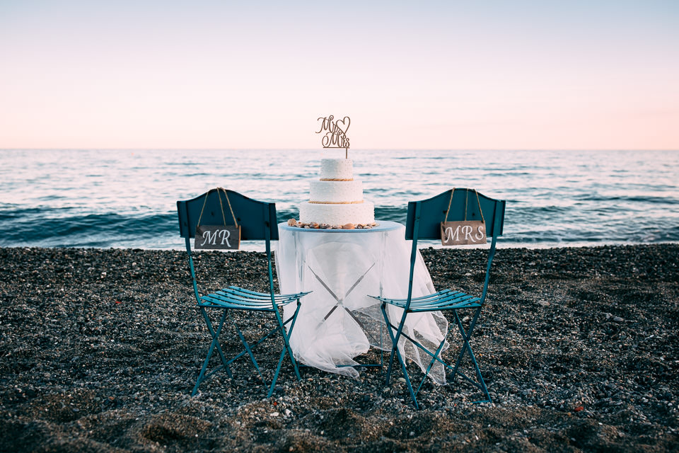 taglio della torta in spiaggia per un matrimonio la mare