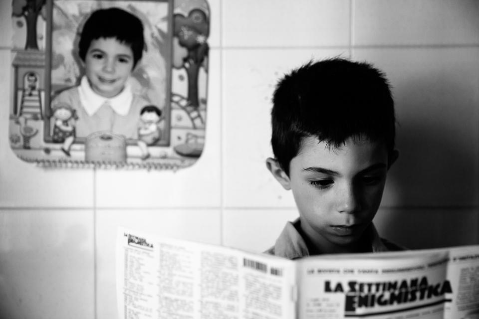 bambino legge la settimana enigmistica