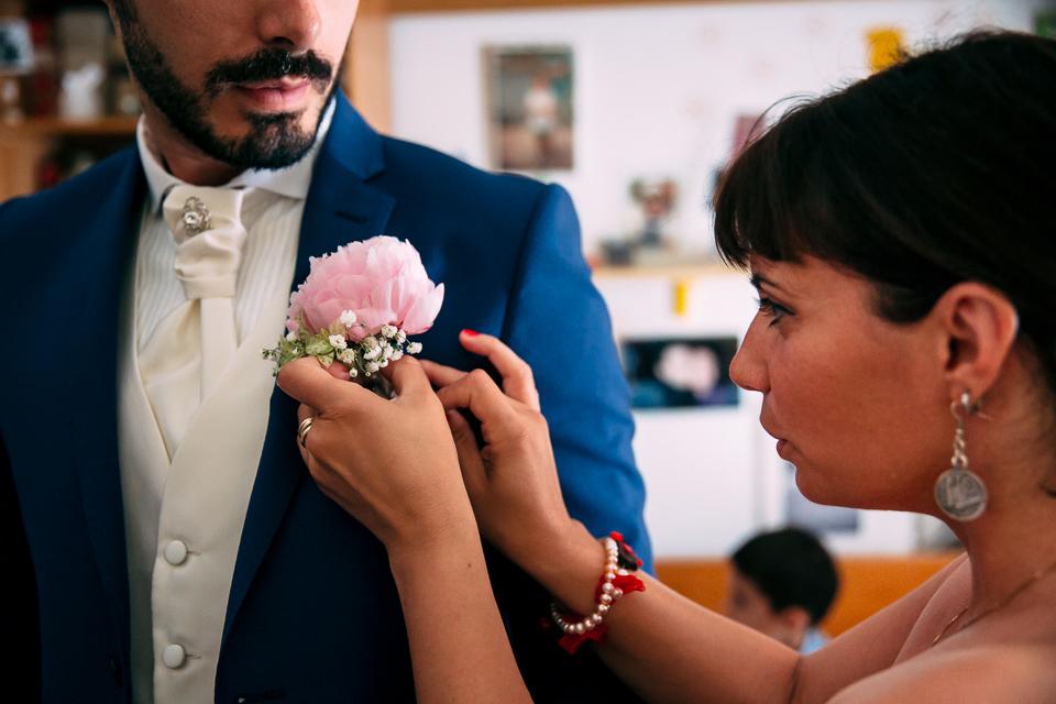 la bottoniera floreale dello sposo, una peonia rosa