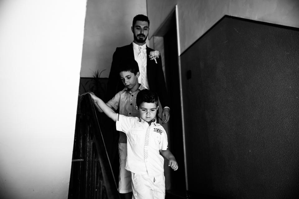 lo sposo esce di casa con due bambini