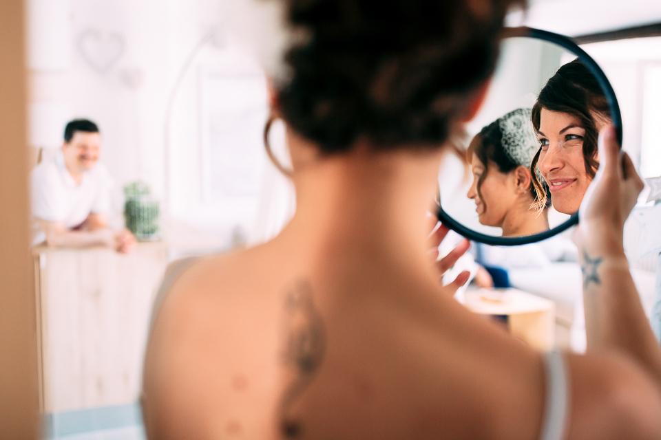 elegante sposa riflessa allo specchio