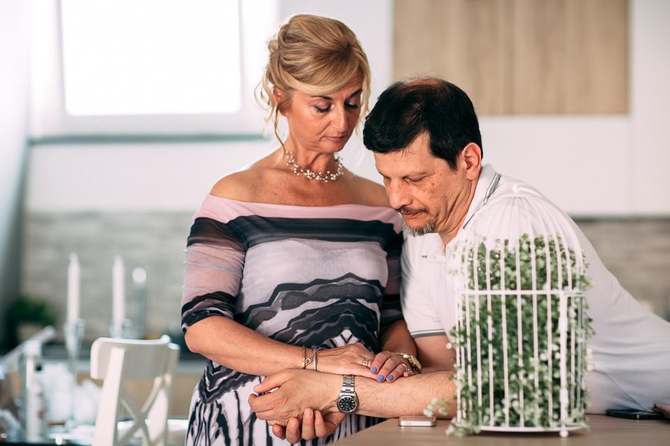 i genitori della sposa sia abbracciano