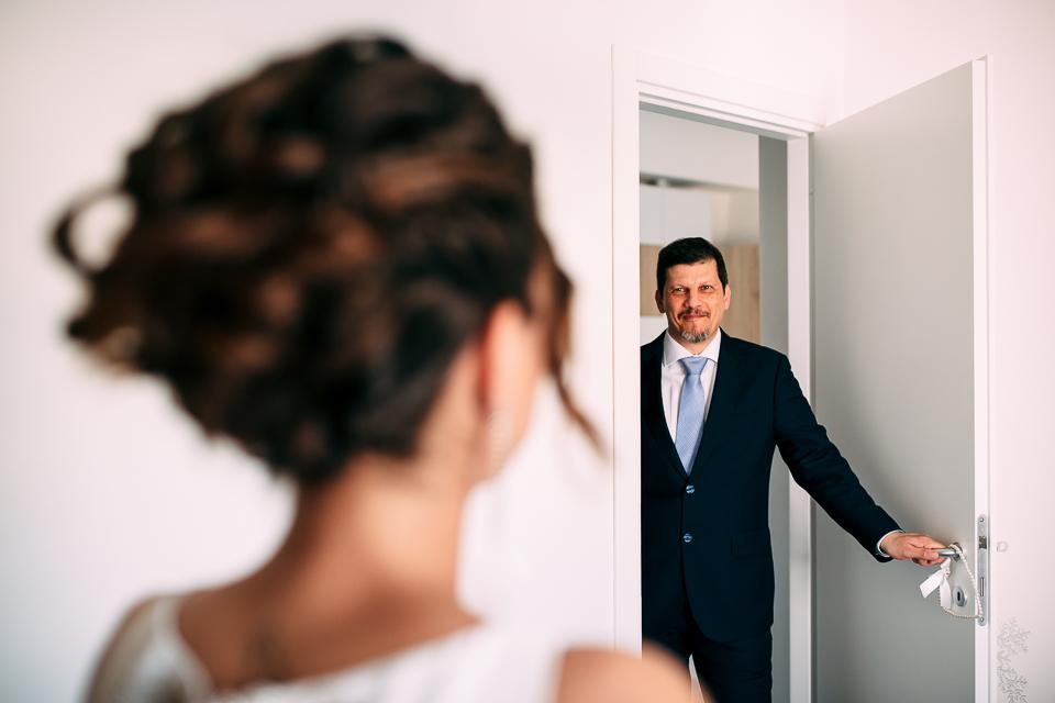il padre della sposa vede la figlia vestita in abito bianco