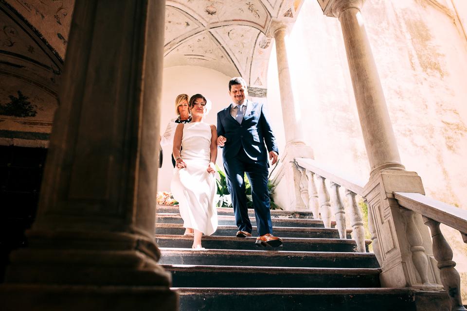padre efiglia escono di casa per andare al matrimonio