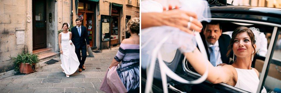la sposa sulla macchina del matrimonio saluta