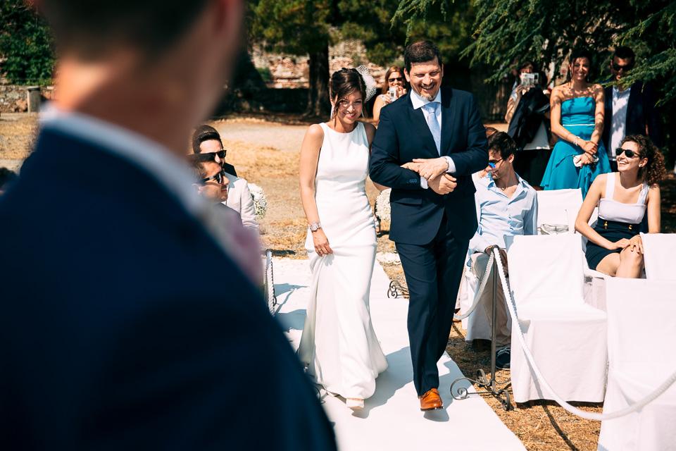 elegante sposa in abito bianco alla fortezza del priamar di savona
