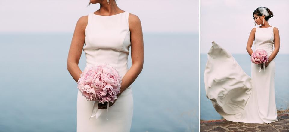 sposa in lungo abito bianco e bouquet rosa in mano
