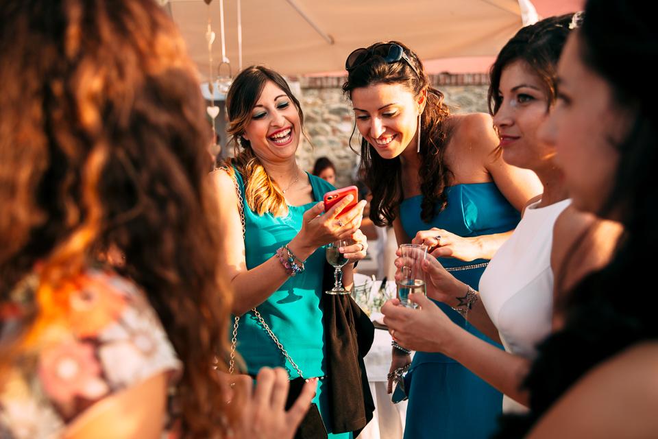 le amiche della sposa in abito blu al paradiso di manù