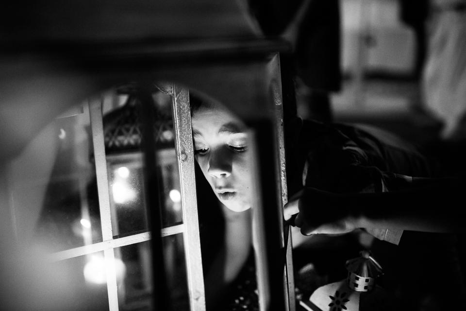 un babino soffia su una lanterna al paradiso di manù
