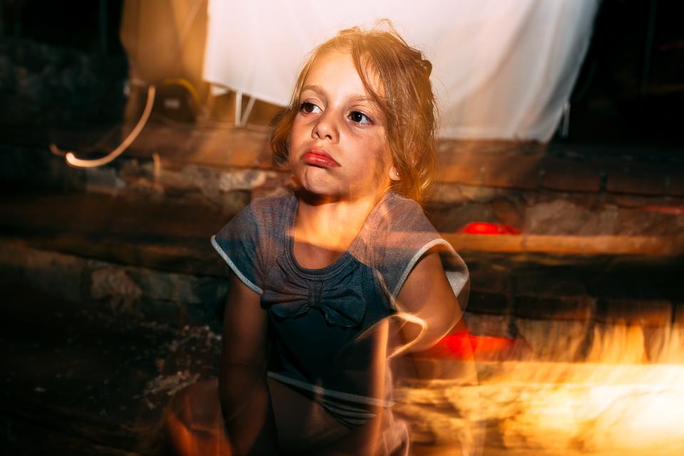 una bambina ad un matrimonio serale al paradiso di manù