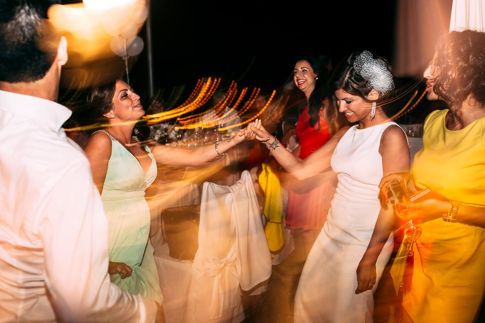 la sposa balla con le amiche al paradiso di manu