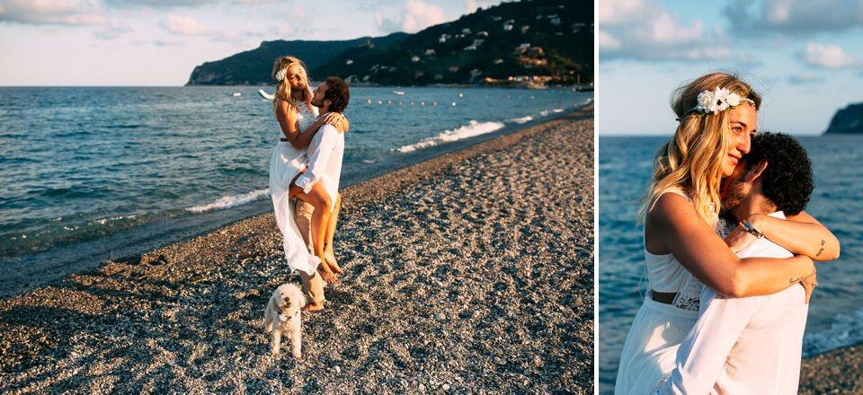 futuri sposi al mare con il cane