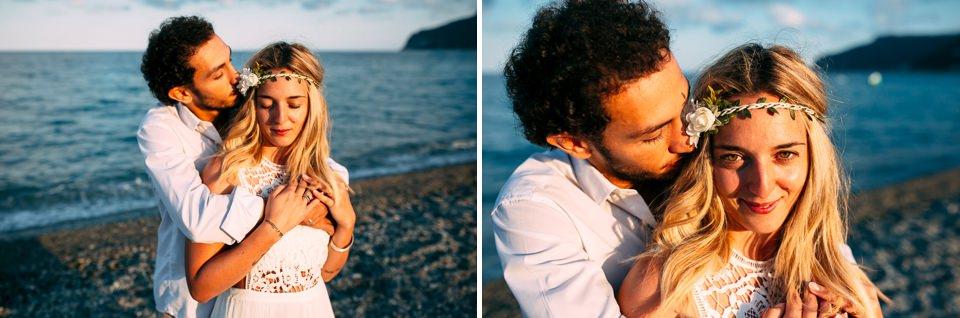 ragazza bionda con una coroncina di fiori in spiaggia