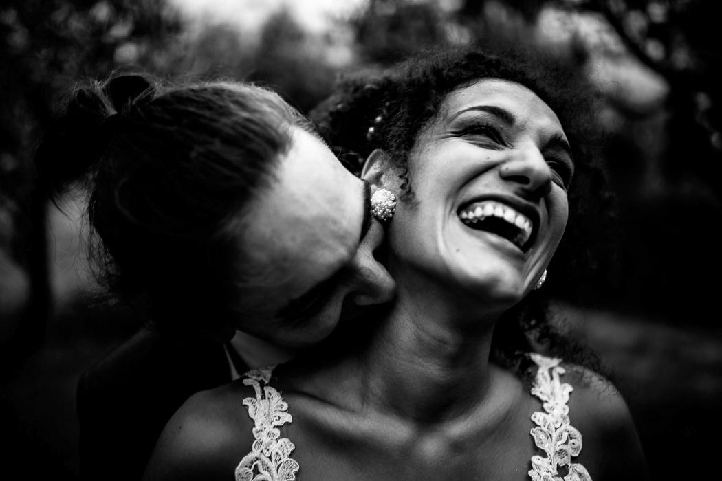 coppia di sposi alternativi che si baciano