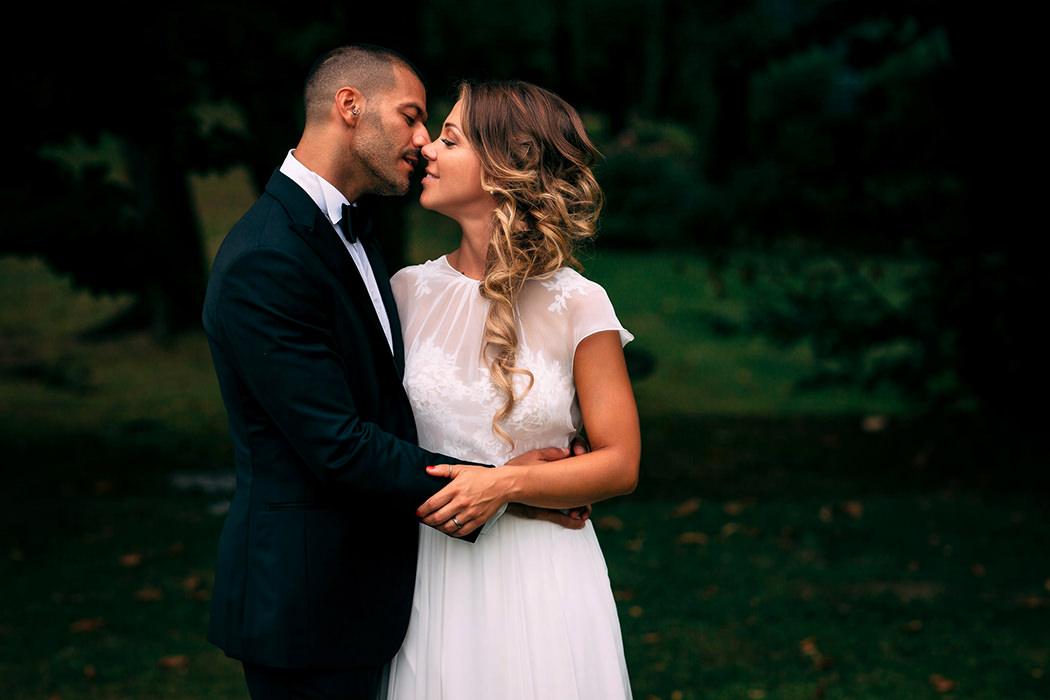 giovane coppia di sposini si bacia